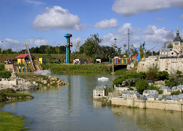 zone des attractions au parc France Miniature